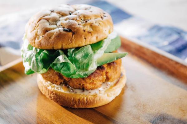 Нещо вкусно: Рецепта за мексикански пилешки бургер
