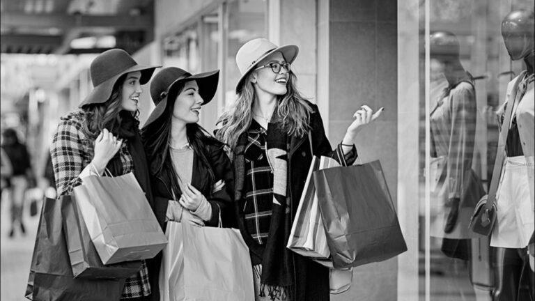 Защо жените обичат да си купуват много чанти?